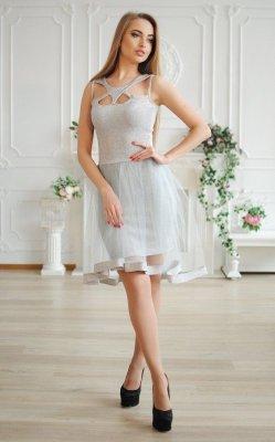 Впечатляющее коктейльное платье серое