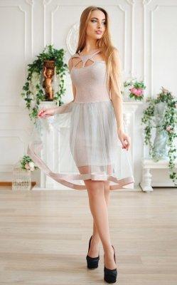 Впечатляющее коктейльное платье бежевое